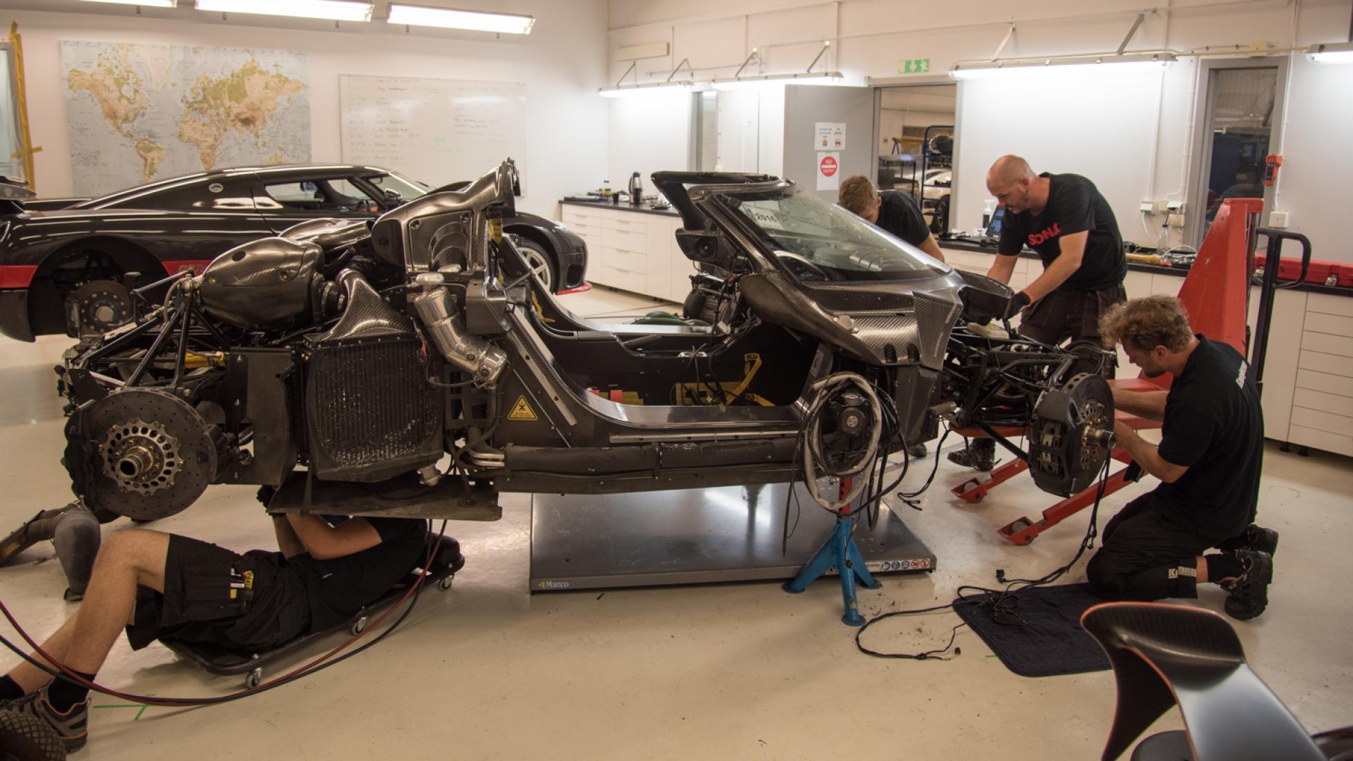 Los ingenieros, reconstruyendo el coche tras el accidente en Nürburgring del One:1