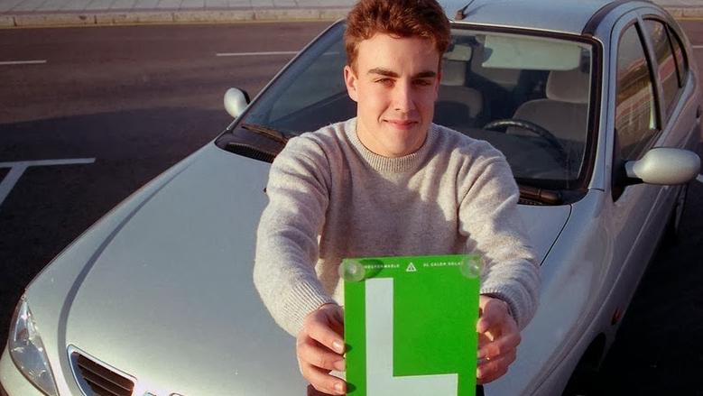 Fernando Alonso con la L
