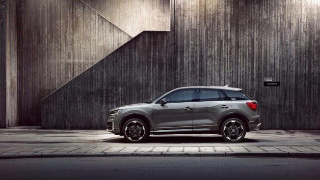 Imponente silueta del Audi Q2 que luce con gran personalidad el color gris