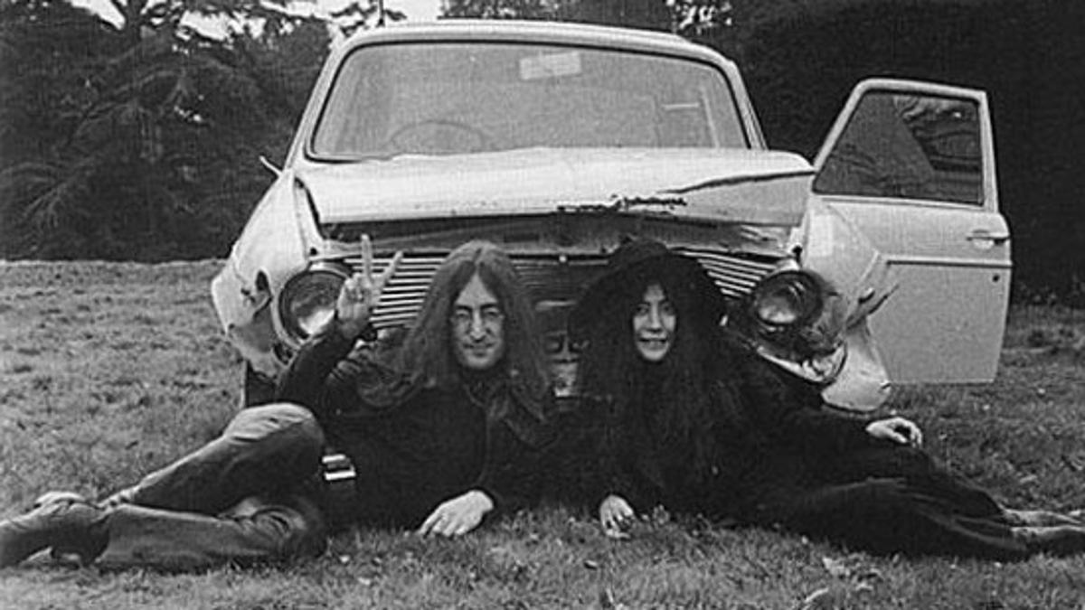 El Morris siniestrado de Lennon depositado en el jardín de su casa