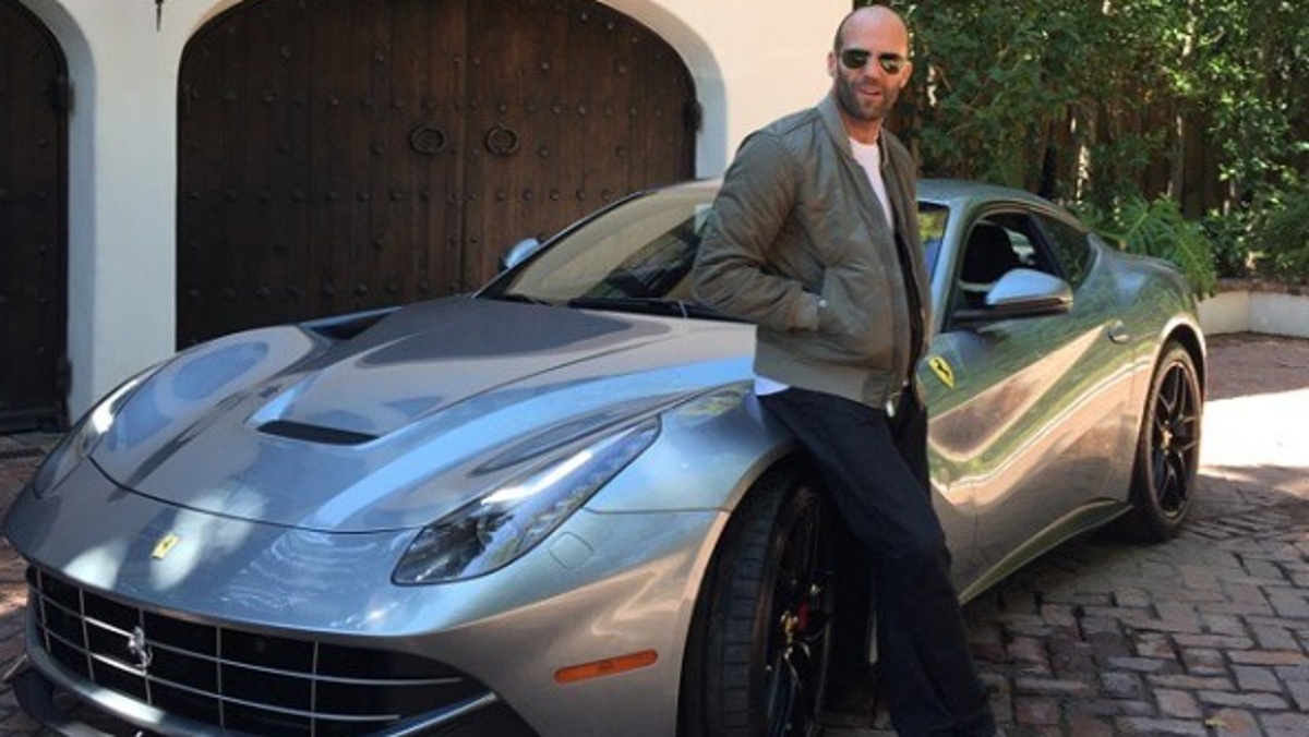 Jason fardando de Ferrari F12 en su mansión