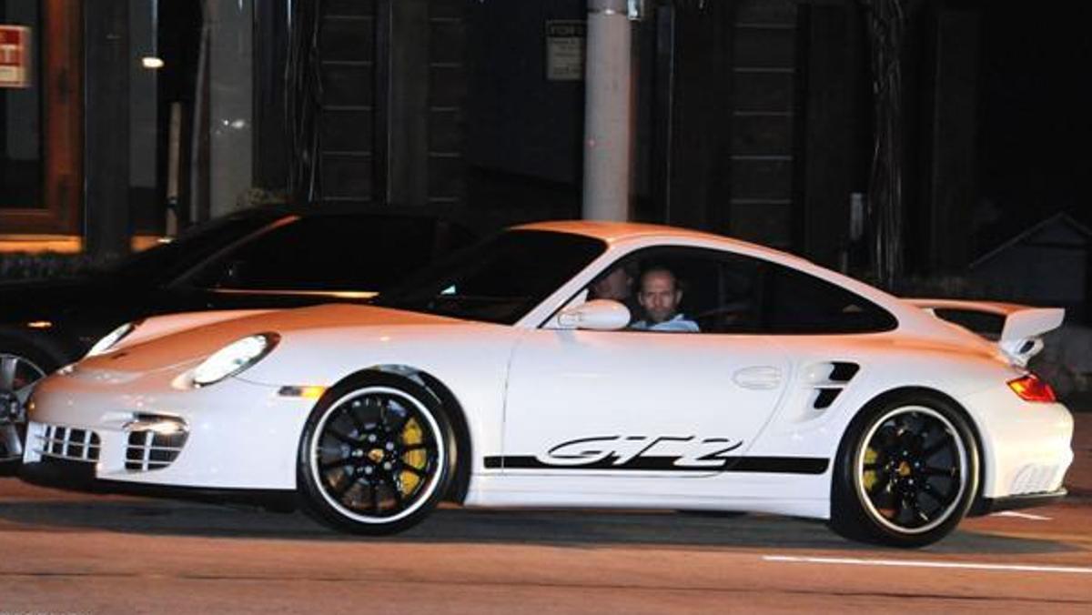 Statham disfrutando al volante de un Porsche 911 GT2