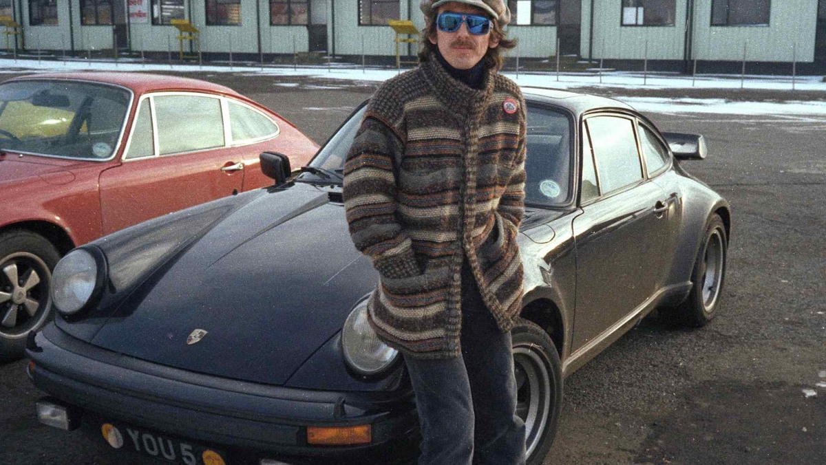 George Harrison junto a su Porsche 930 Turbo