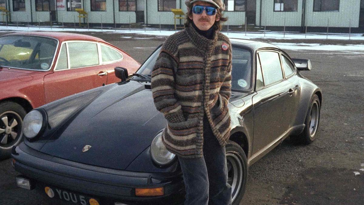 George Harrison junto a su Porsche 930 Turbo