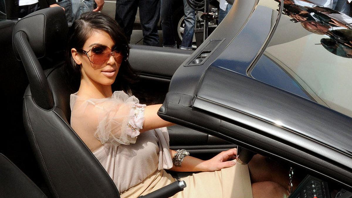 Kim posa en un Gallardo Spyder