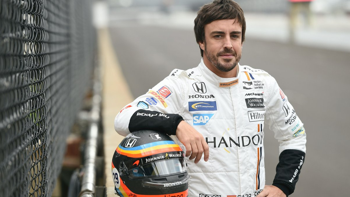 Alonso y su casco de la Indy