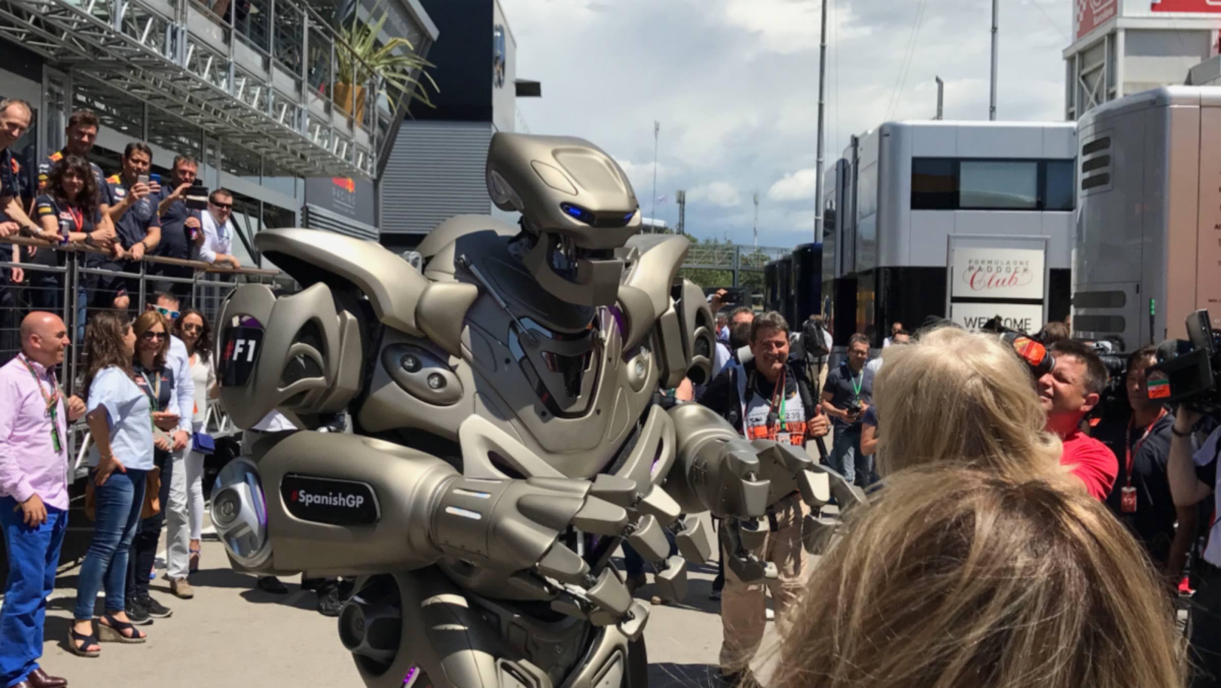 Robot animando el paddock
