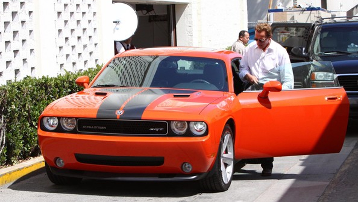 Arnold al volante de su Dodge Challenger SRT8