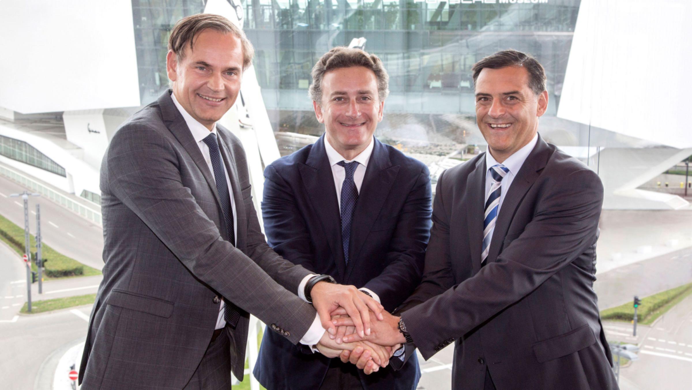 De izquierda a derecha, Oliver Blume, CEO de Porsche, Alejandro Agag, CEO de la Fórmula E y Michael Steiner, miembro ejecutivo de I+D de Porsche