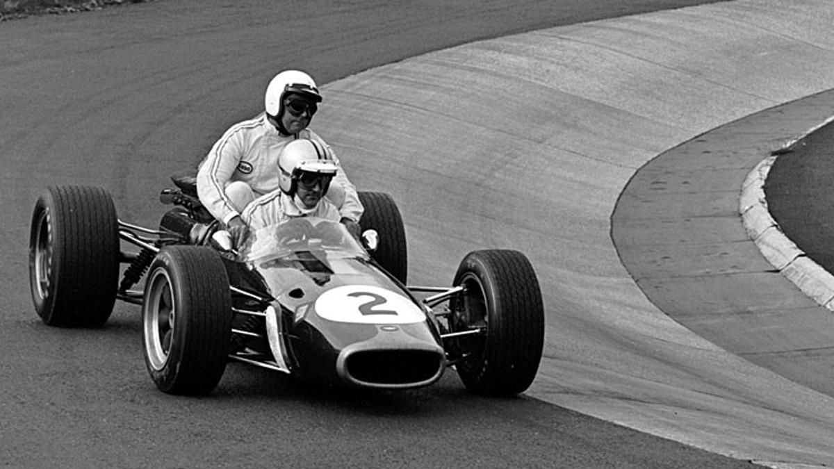 Denny Hulme transporta a Jack Brabham en su BT24 en el GP Alemania 1967