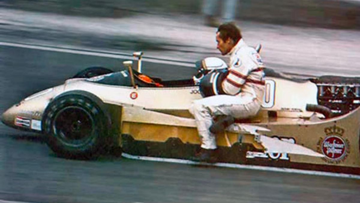 Patrese con su Arrows lleva a boxes a Ickx en el el GP Francia 1979 en Dijon-Prénois