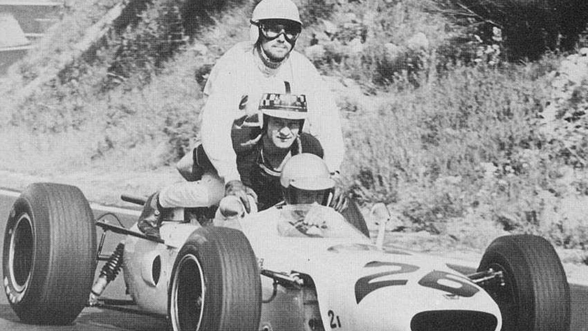 Richie Ginther y sus pasajeros, Innes Ireland y Jo Bonnier en el GP Francia 1965