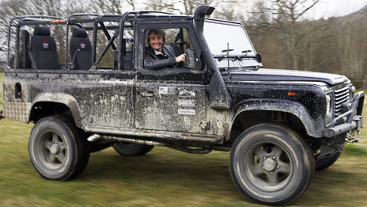 Richard Hammond a lomos de su LAND ROVER DEFENDER 110 de 1987