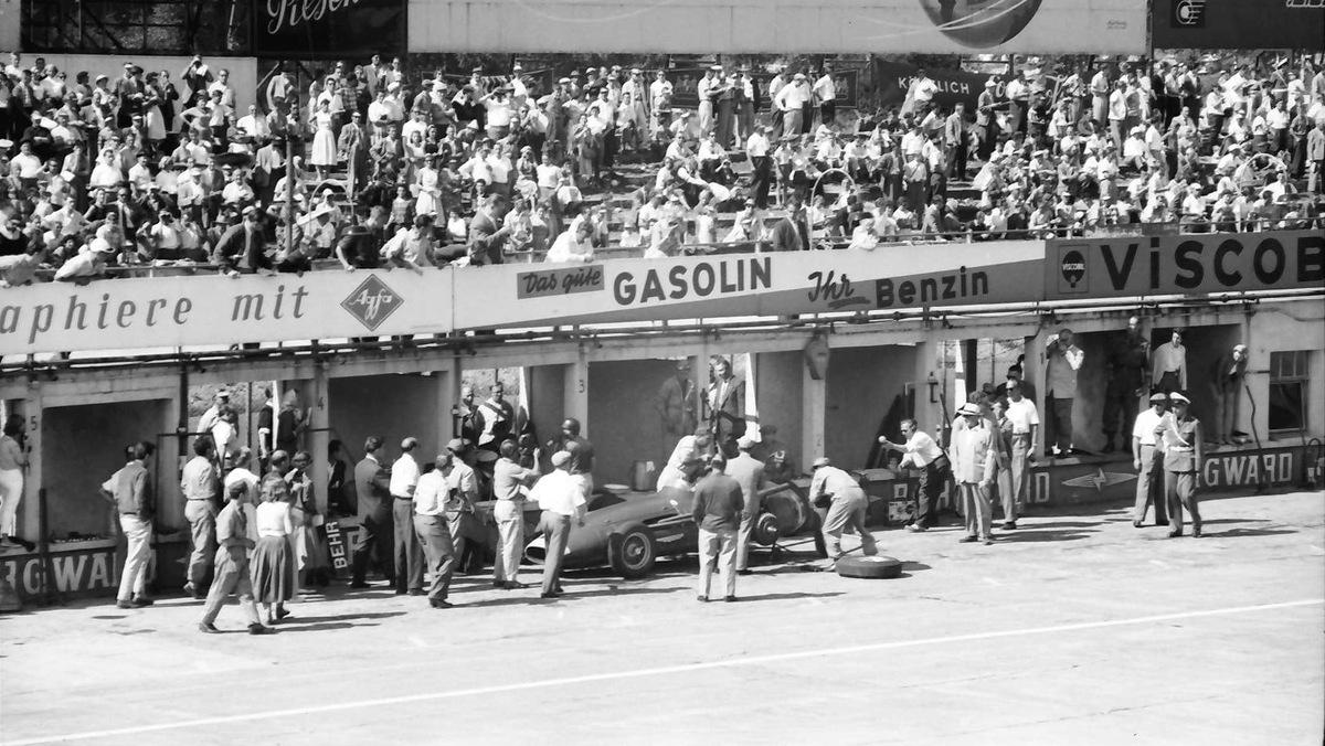 Fangio_pit_stop_Nurburgring_1957