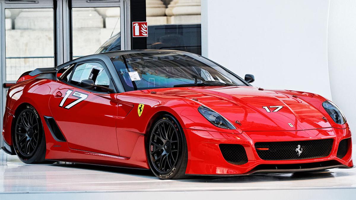 Mira los dos logos de los Ferrari