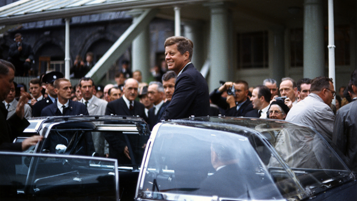 Robert Kennedy en su Lincoln