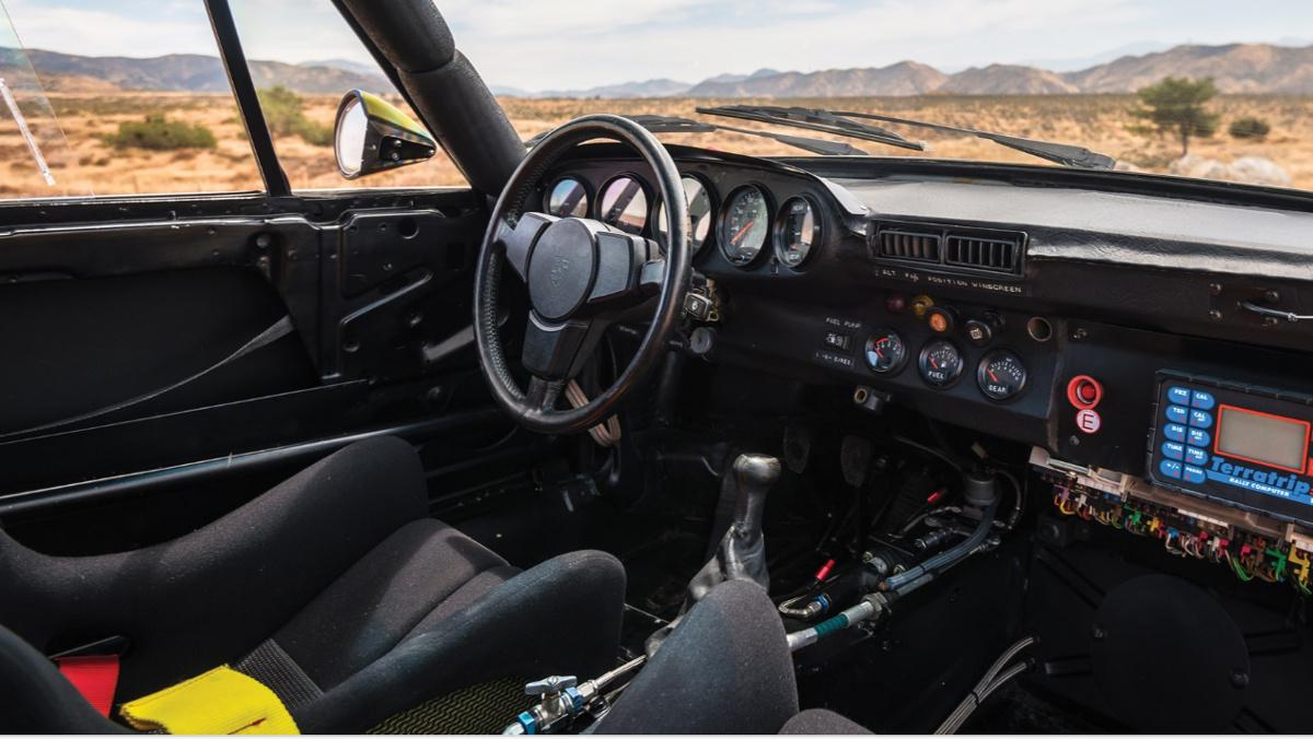 Interior del Porsche 959 del Rally París Dakar 1985
