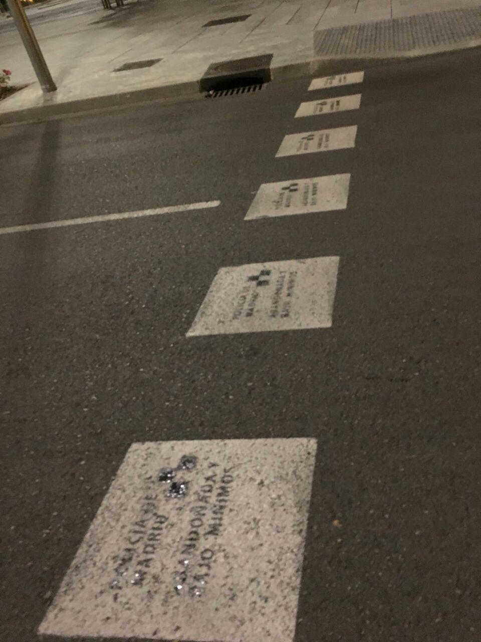 Pasos de cebra con pintadas de Policía