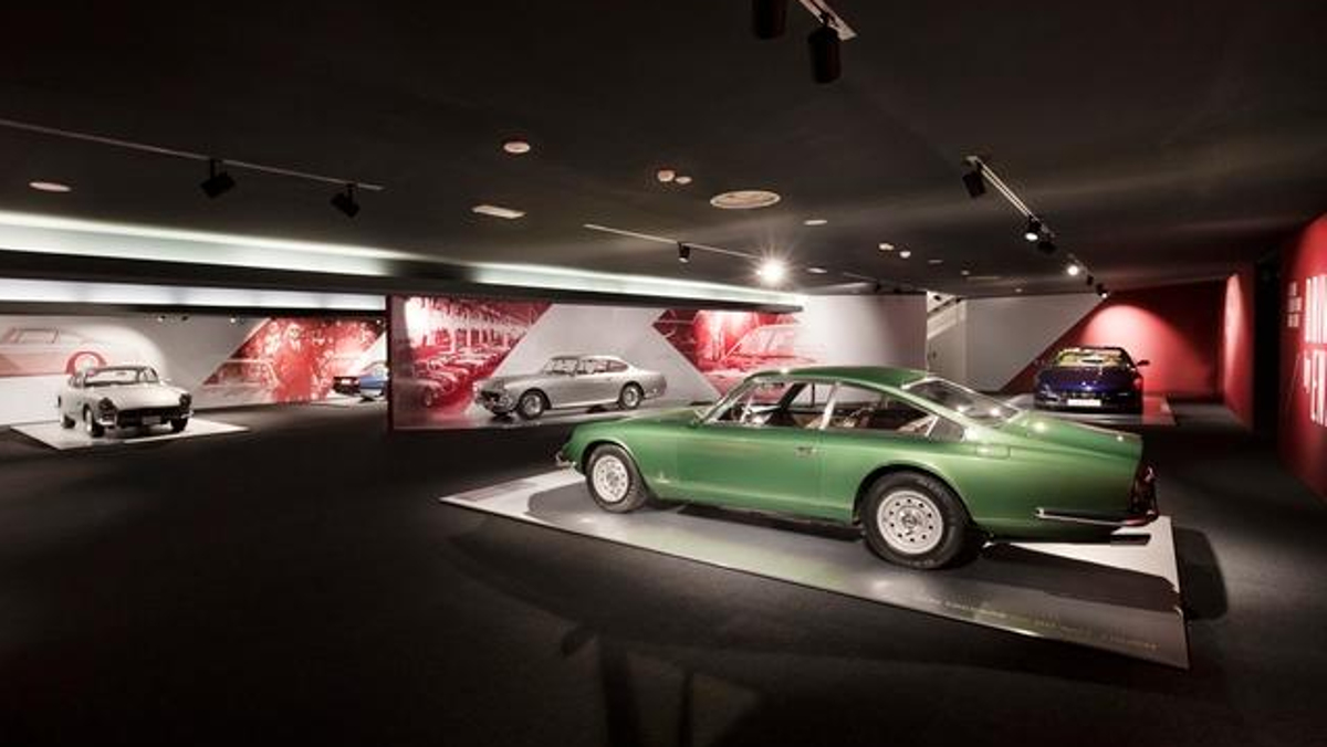 Interior de Driven by Enzo y Passion and Legend, exposiciones de Ferrari