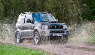 Suzuki Jimny lluvia todo terreno off-road charco agua