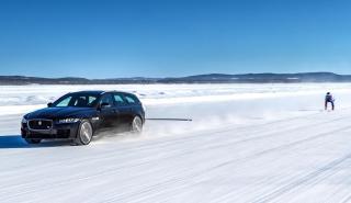 Jaguar XF Sportbrake remolcando un esquiador (I)