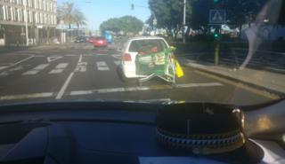 Remolca un carrito de la compra con su coche en Canarias