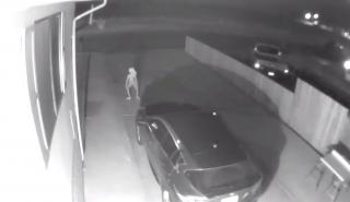 Una cámara de seguridad graba a un extraño alien bailando alrededor de un Infiniti QX30