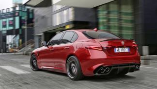 Alfa Romeo Giulia QV trasera dinámica escapes ciudad