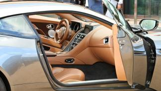 Aston Martin DB11 habitáculo lujo deportivo