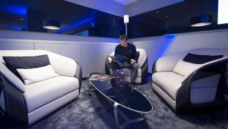 Concesionario Bugatti Londres sala lujo mobiliario muebles sofa
