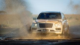 Bentley Bentayga lluvia off-road lujo frontal charco agua