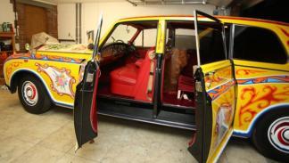 Interior del Rolls psicodélico. ¡Vaya color de tapicería!