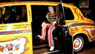 Una figura de Lennon vestido a lo Sgt. Peppers muy a juego con la decoración de su Rolls