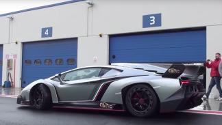 Un Lamborghini Veneno derrapando bajo la lluvia