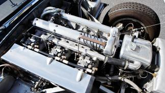 5 razones para pujar por este Jaguar XKSS - Su motor es brutal
