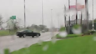 Hace el tonto con su Mustang y se empotra contra un concesionario Lamborghini