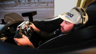 Alonso en el simulador Honda Indy