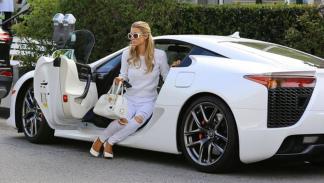 Paris Hilton mimetizada con el tono de su Lexus LFA blanco