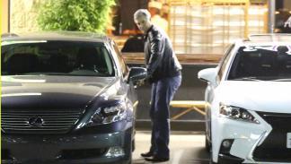 Clooney y su Lexus LS 600h saliendo del Asanebo Sushi Restaurant en Studio City, Los Ángeles