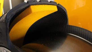 En esta imagen de un neumático Continental puede verse la capa interna que se encarga de tapar un pinchazo ocasional