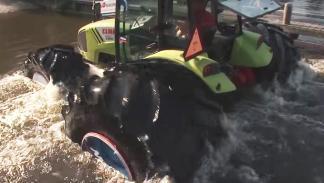Un tractor que flota en el agua. En serio