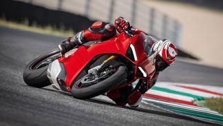 Ducati Panigale V4 moto deportiva circuito
