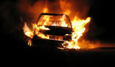 Casi 1.200 coches quemados en Francia durante la Nochevieja