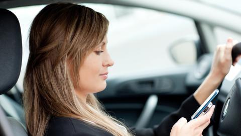 Así te van a pillar si usas el móvil al volante