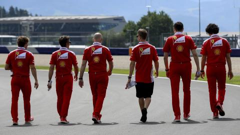 El equipo Ferrari analiza la pista de Austria
