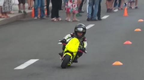 El niño más entrañable del mundo... sobre una moto