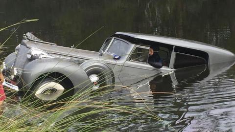 Accidente Packard agua lago super eight convertible sedan concurso elegancia