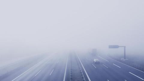 Conducir carrera niebla