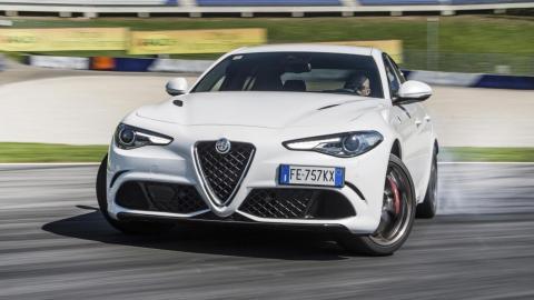 Coches haciendo drifting: Alfa Romeo Giulia QV