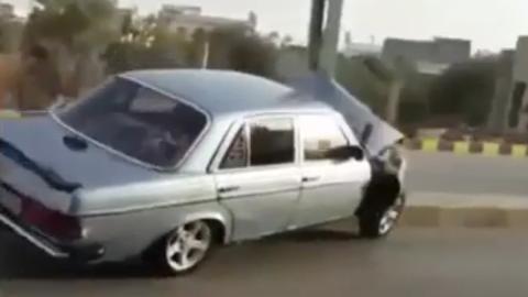 Un mecánico estampa un Mercedes W123 contra un poste de la luz